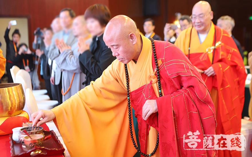 中国佛教协会副会长、北京广济寺方丈演觉大和尚拈香(图片来源:菩萨在线 摄影:王颖)