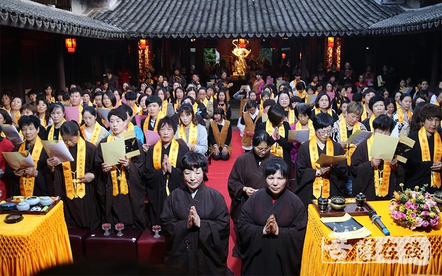 四众弟子共诵《文殊菩萨开智献灯祈愿文》(图片来源:菩萨在线 摄影:唐雪凤)
