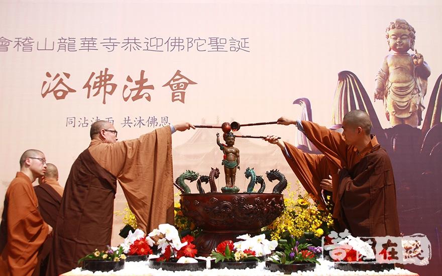 法师浴佛(图片来源:菩萨在线 摄影:齐志国)