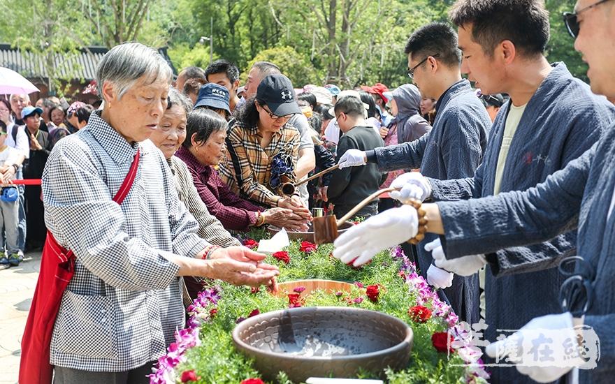信众以清水洗净双手(图片来源:菩萨在线 摄影:唐雪凤)