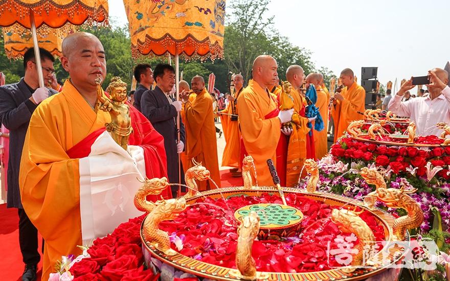 众法师安放太子圣像(图片来源:菩萨在线 摄影:唐雪凤)