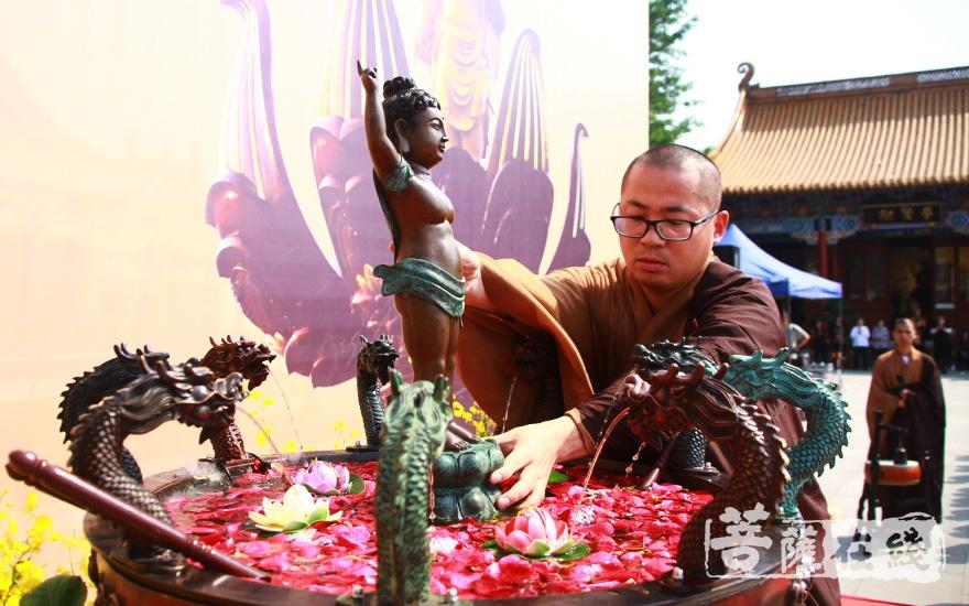 将太子像安奉于九龙金盆上(图片来源:菩萨在线 摄影:齐志国)