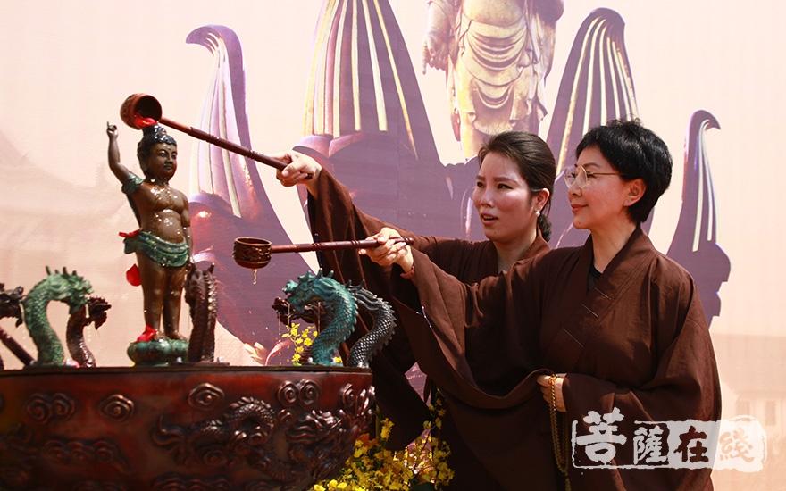 居士浴佛(图片来源:菩萨在线 摄影:齐志国)