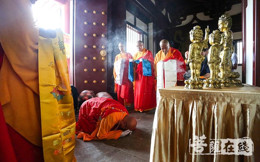 南京市佛教协会副会长、佛顶寺住持曙光法师迎请太子圣像(图片来源:菩萨在线 摄影:卢鹏宇)