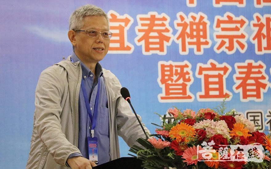 中山大学哲学系教授、博士生导师龚隽作主题发言(图片来源:菩萨在线 摄影:唐雪凤)