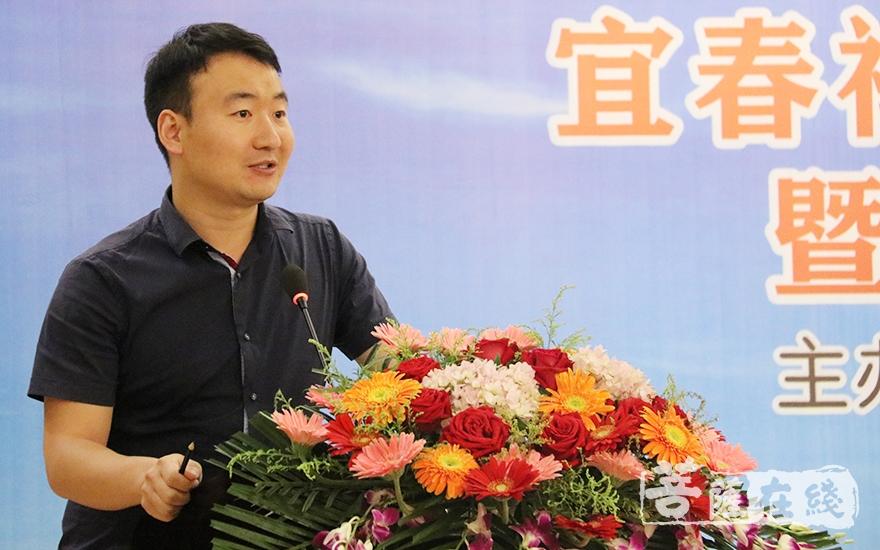 宜春学院讲师杨玉飞作主题发言(图片来源:菩萨在线 摄影:唐雪凤)