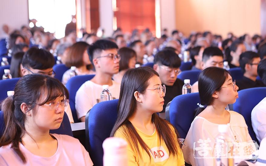大眾認真聆聽(圖片來源:菩薩在線 攝影:王穎)