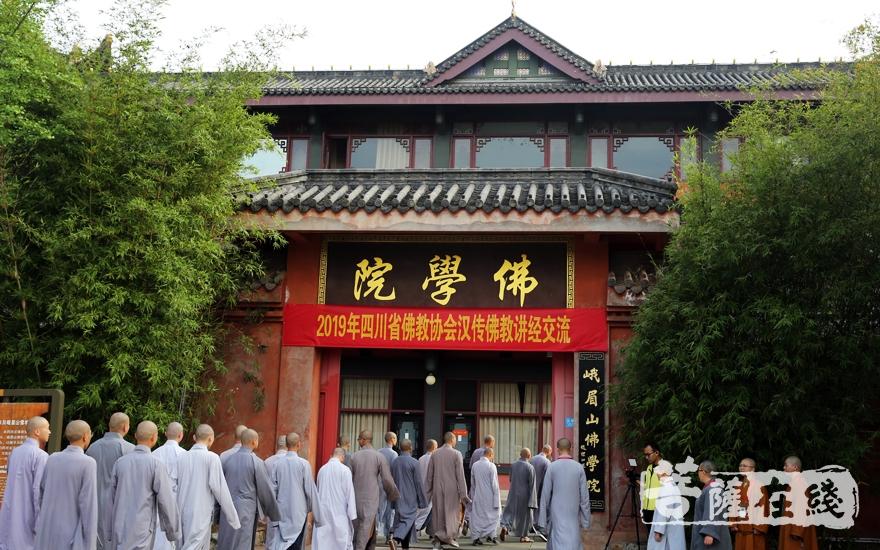 進入會場(圖片來源:菩薩在線 攝影:李蘊雨)