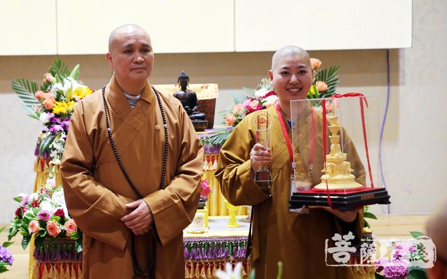 永壽大和尚為獲得金蓮花獎的法潤法師頒發獎杯(圖片來源:菩薩在線 攝影:李蘊雨)