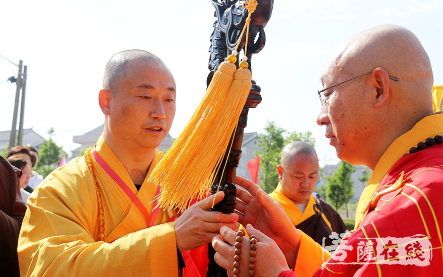 心海大和尚授龙杖(图片来源:菩萨在线 摄影:唐林雪)