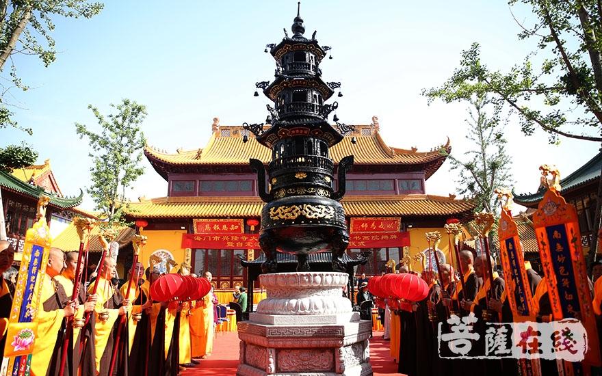 寺院内外梵音嘹亮、喜庆吉祥(图片来源:菩萨在线 摄影:施琪)