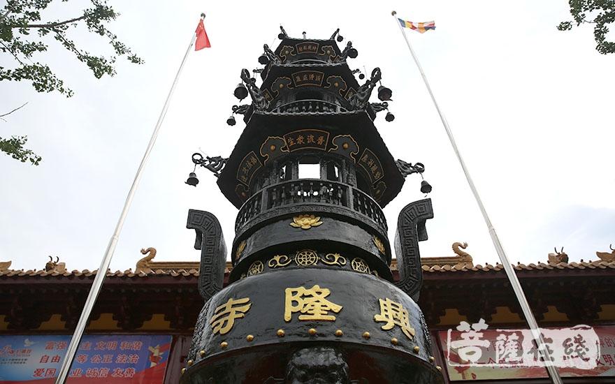 庄严宝鼎(图片来源:菩萨在线 摄影:唐林雪)