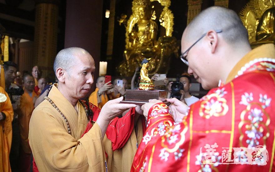法成大和尚授佛像(圖片來源:菩薩在線 攝影:唐林雪)