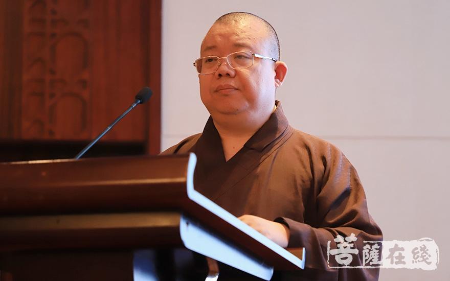 园慈法师代表中国佛教协会致贺词(图片来源:菩萨在线 摄影:张妙)