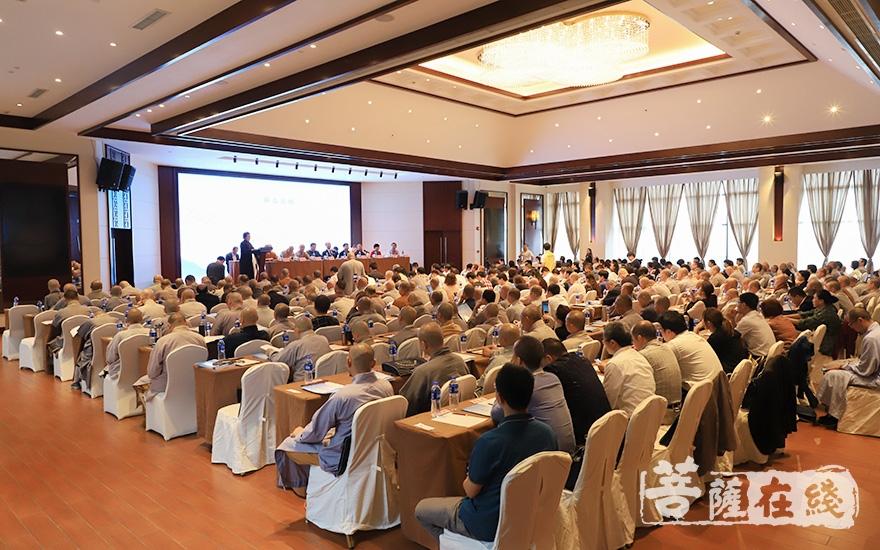 来自全国各地的专家学者、法师出席活动(图片来源:菩萨在线 摄影:张妙)