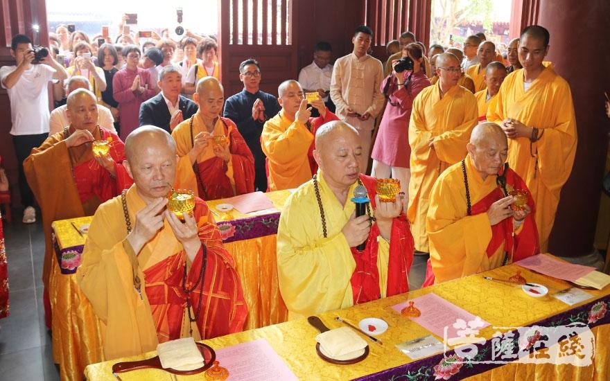 灑凈儀式(圖片來源:菩薩在線 攝影:唐林雪)