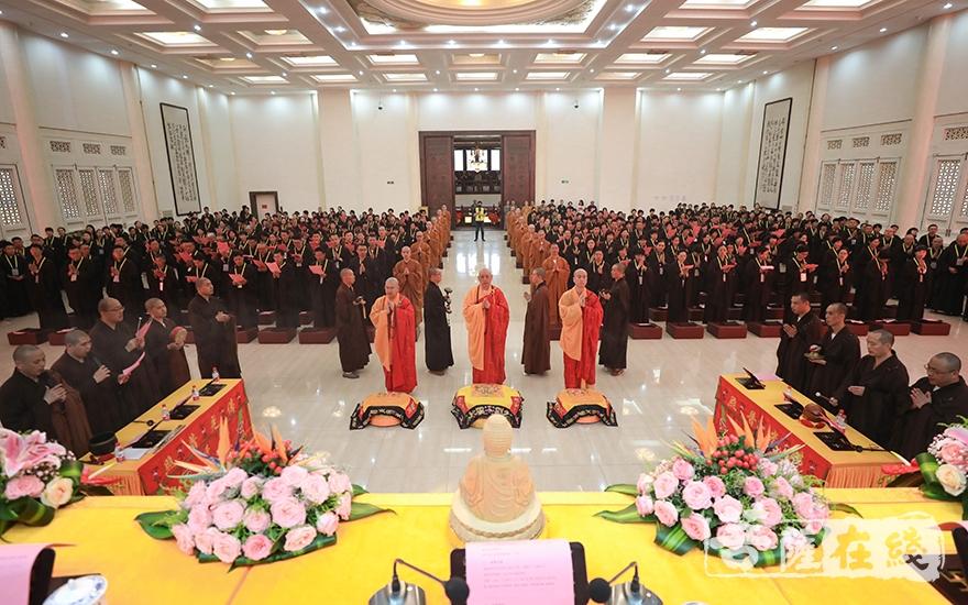 傳授五戒儀式(圖片來源:菩薩在線 攝影:唐雪鳳)