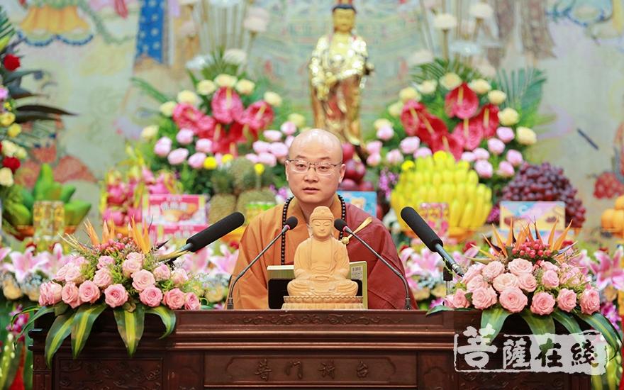 《普陀山佛教》主编宏伟法师为大众讲解《三皈五戒要义》(图片来源:菩萨在线 摄影:唐雪凤)