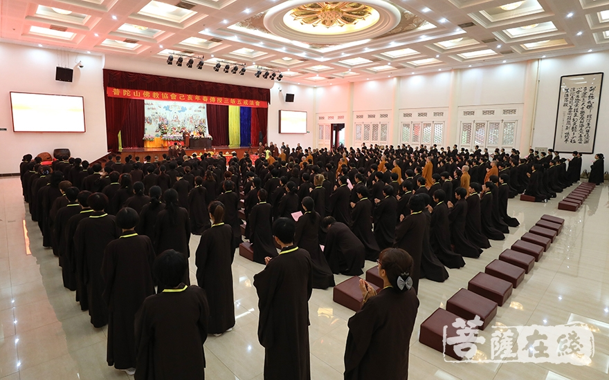 大众常跪(图片来源:菩萨在线 摄影:唐雪凤)