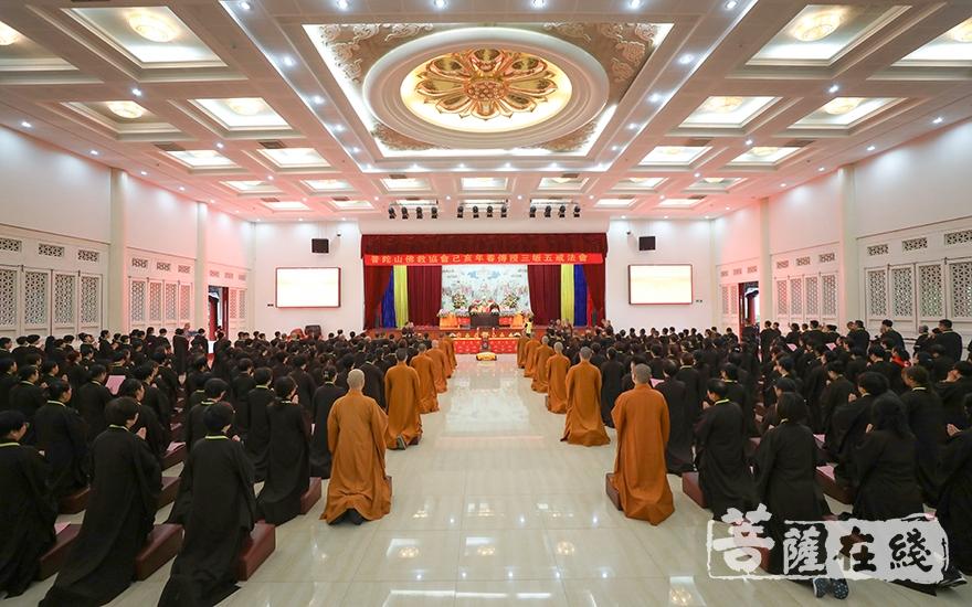 普陀山佛教协会己亥年春三皈五戒法会(图片来源:菩萨在线 摄影:唐雪凤)