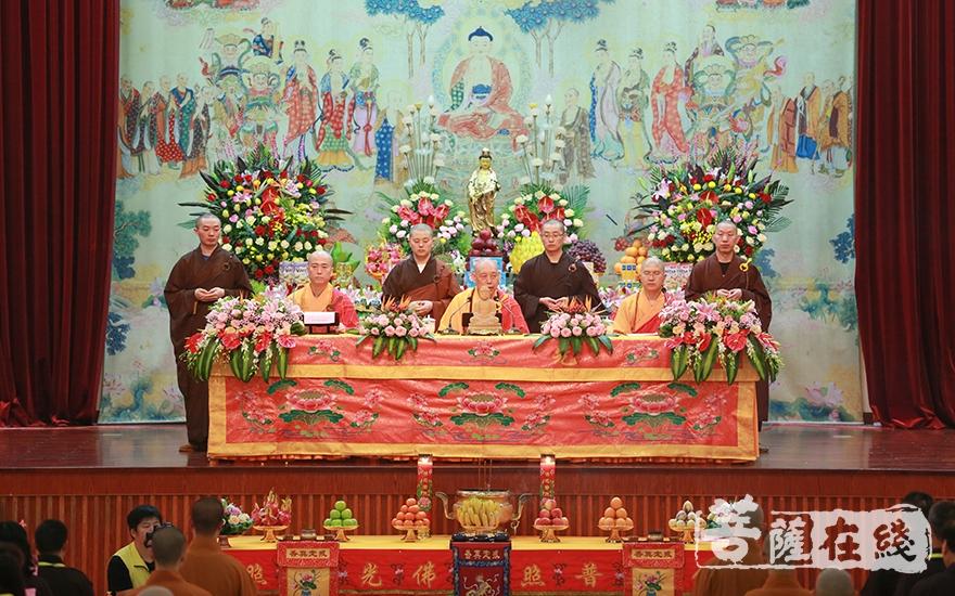 道慈大和尚(中)、信光法师(右)、宏海法师(左)(图片来源:菩萨在线 摄影:唐雪凤)