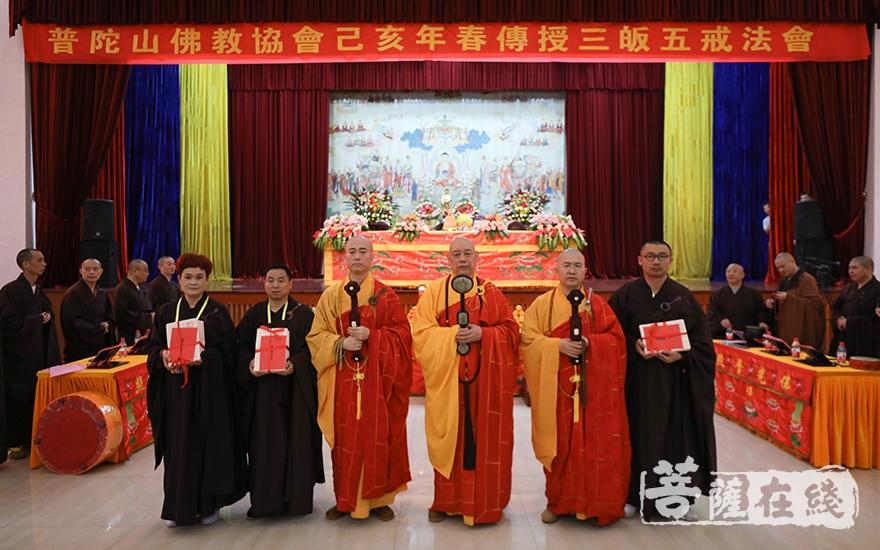 道慈大和尚为居士颁发五戒证(图片来源:菩萨在线 摄影:唐雪凤)