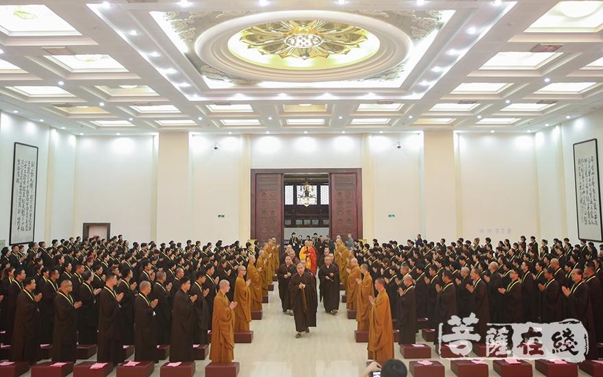 道慈大和尚步入講堂(圖片來源:菩薩在線 攝影:唐雪鳳)