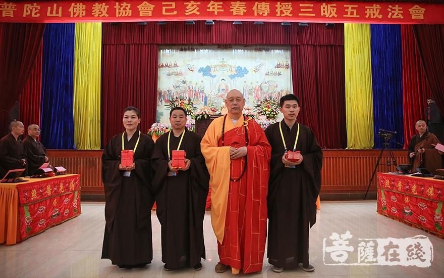 道慈大和尚为居士颁发皈依证(图片来源:菩萨在线 摄影:唐雪凤)