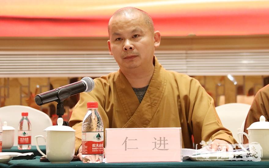 泰兴市佛教协会新当选会长仁进法师致辞(图片来源:菩萨在线 摄影:唐雪凤)