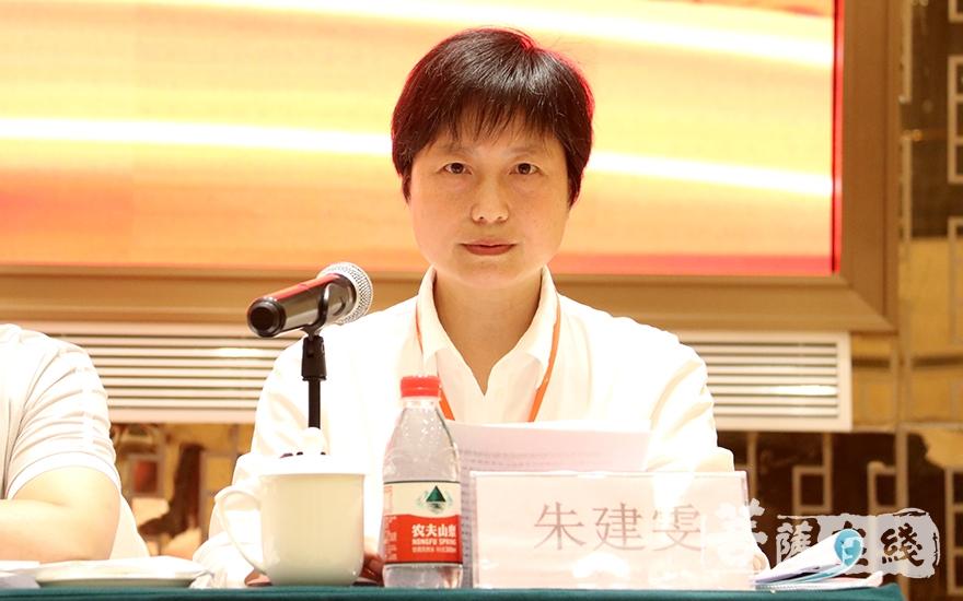 新当选副会长朱建雯宣读泰兴市佛协第五次代表会议决议(图片来源:菩萨在线 摄影:贺雪垠)