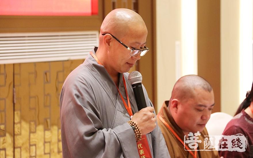 泰兴市佛教协会副会长彚性法师致开幕词(图片来源:菩萨在线 摄影:贺雪垠)