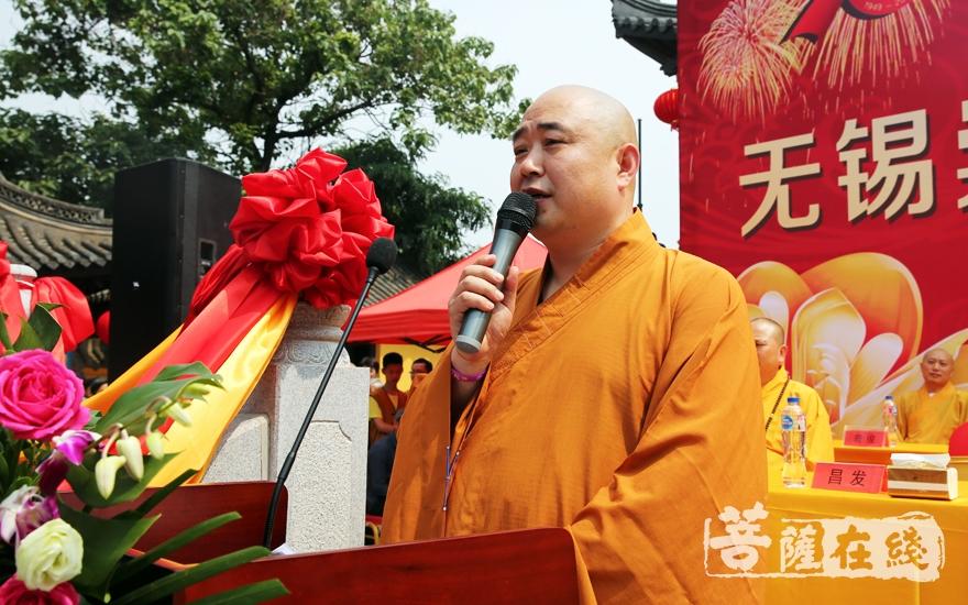 昌发法师对各位领导的到来表示热烈的欢迎(图片来源:菩萨在线 摄影:李蕴雨)