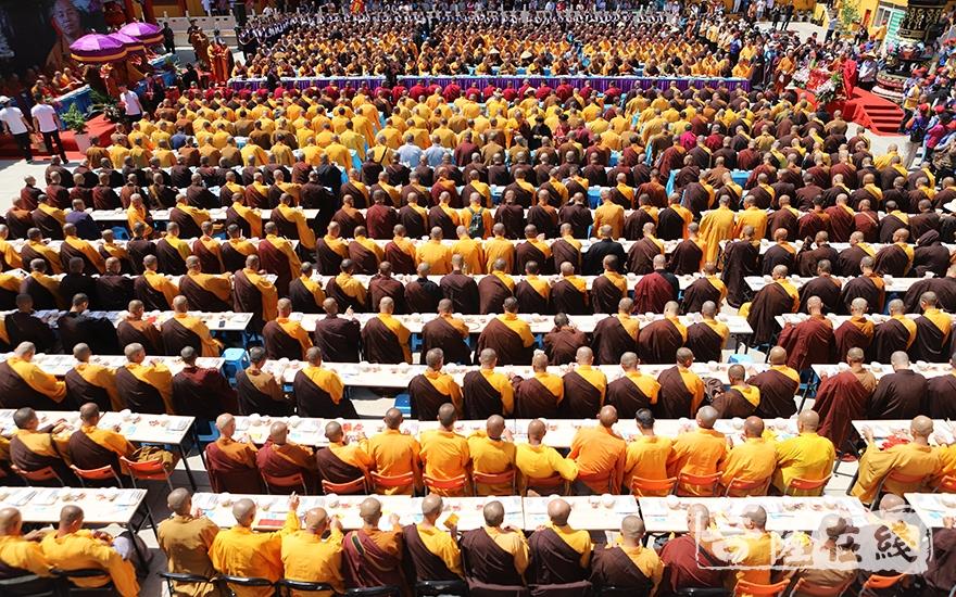 千僧斋宴(图片来源:菩萨在线 摄影:王颖)
