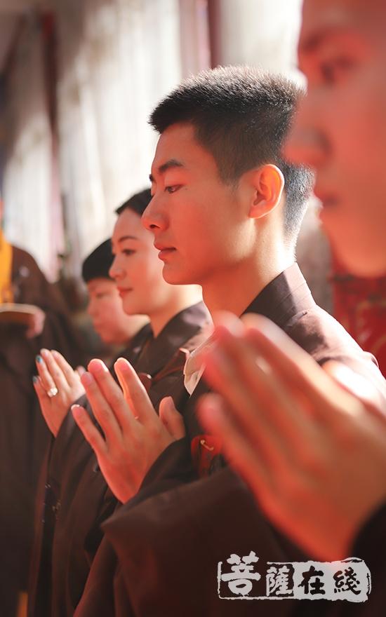 至诚祈请(图片来源:菩萨在线 摄影:王颖)