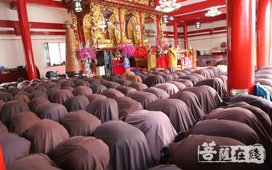 善信跪拜(图片来源:菩萨在线 摄影:王颖)