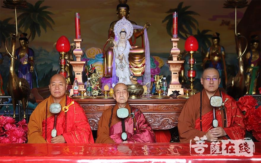 得戒和尚圆山长老(中)、羯磨阿阇梨悟性律师(右)、教授阿阇梨道极律师(左)(图片来源:菩萨在线 摄影:王颖)