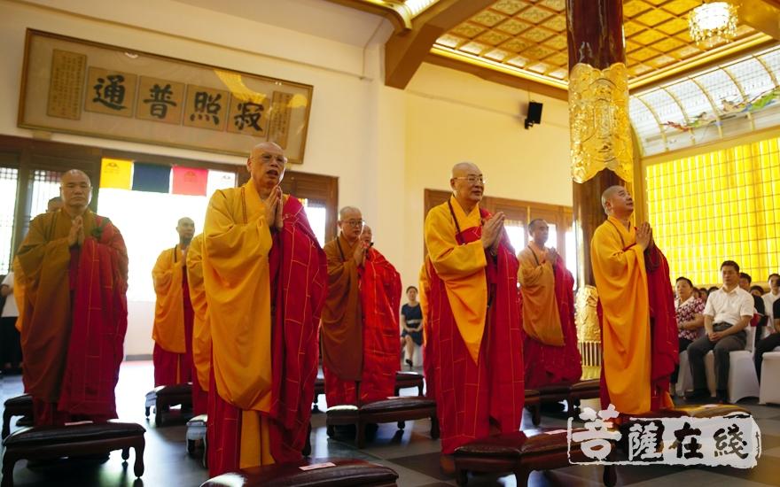 诸山长老为祈福法会主法(图片来源:菩萨在线 摄影:施琪)