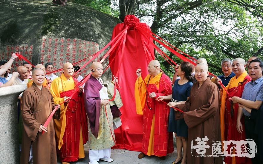 为隐元禅师东渡之地纪念碑揭幕(图片来源:菩萨在线 摄影:施琪)