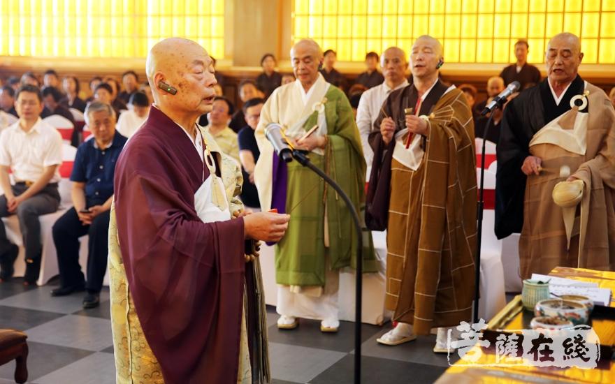 日本代表近藤博道长老诵经主法(图片来源:菩萨在线 摄影:施琪)