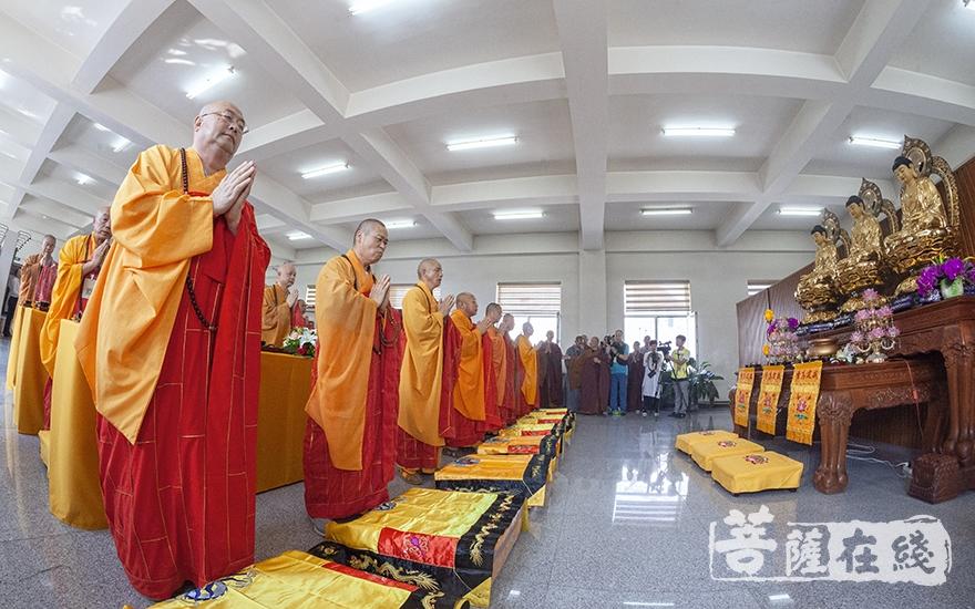 洒净祈福仪式(图片来源:菩萨在线 摄影:唐林雪)
