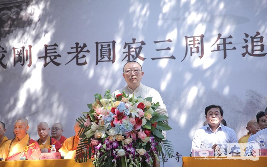 吉林省佛教协会秘书长、长春市佛教协会秘书长张海忠主持追思会(图片来源:菩萨在线 摄影:李金洋)
