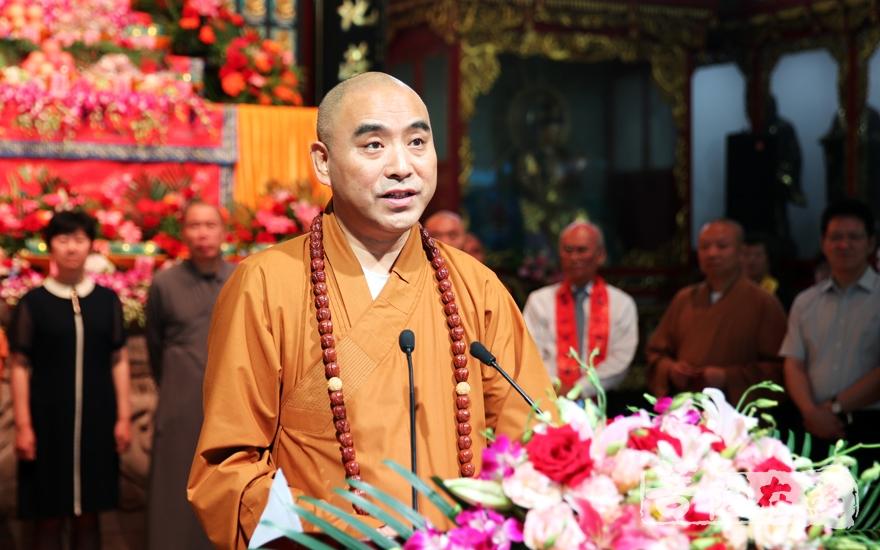 慧明大和尚表达了对达缘长老的追思并对金山区佛教界提出要求(图片来源:菩萨在线 摄影:李蕴雨)
