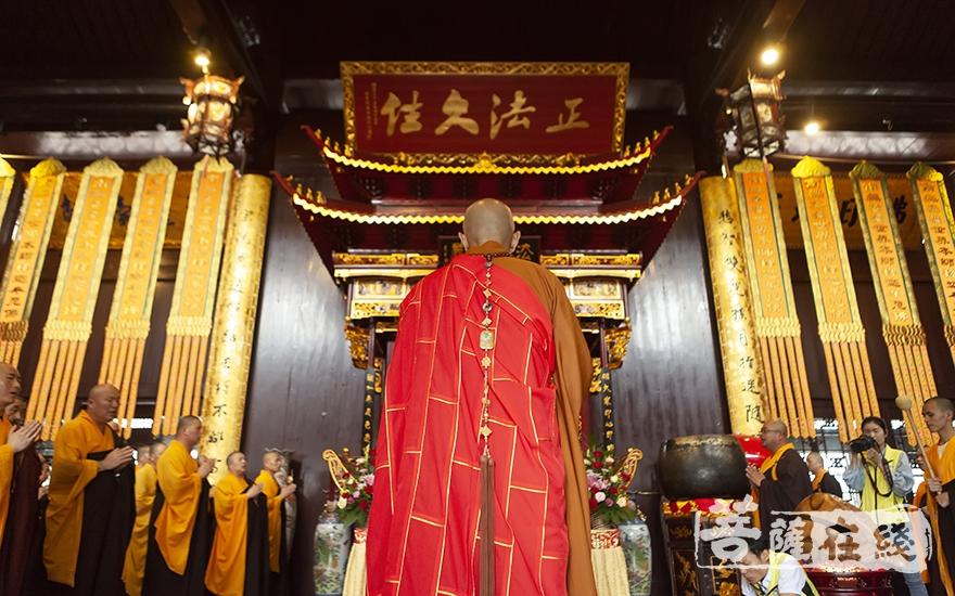 礼佛(图片来源:菩萨在线 摄影:李金洋)