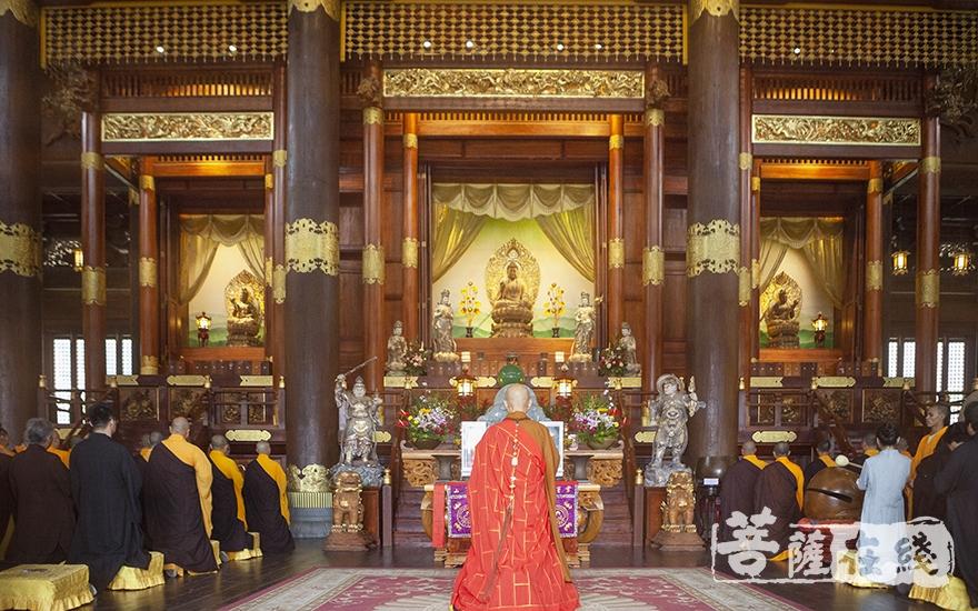 于大慈摩尼之殿礼佛(图片来源:菩萨在线 摄影:李蕴雨)
