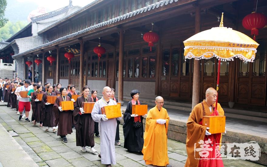 将《乾隆大藏经》迎请至大慈摩尼之殿(图片来源:菩萨在线 摄影:李蕴雨)