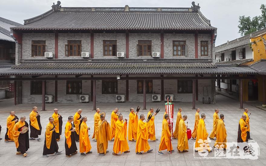 庄严列队(图片来源:菩萨在线 摄影:李蕴雨)