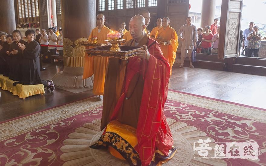 上供仪式(图片来源:菩萨在线 摄影:李金洋)