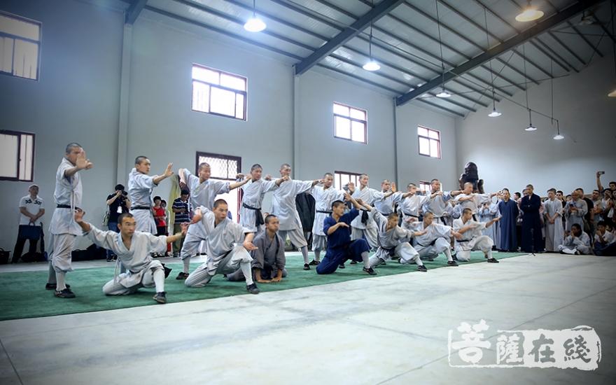 少林武僧团功夫表演(图片来源:菩萨在线 摄影:唐林雪)