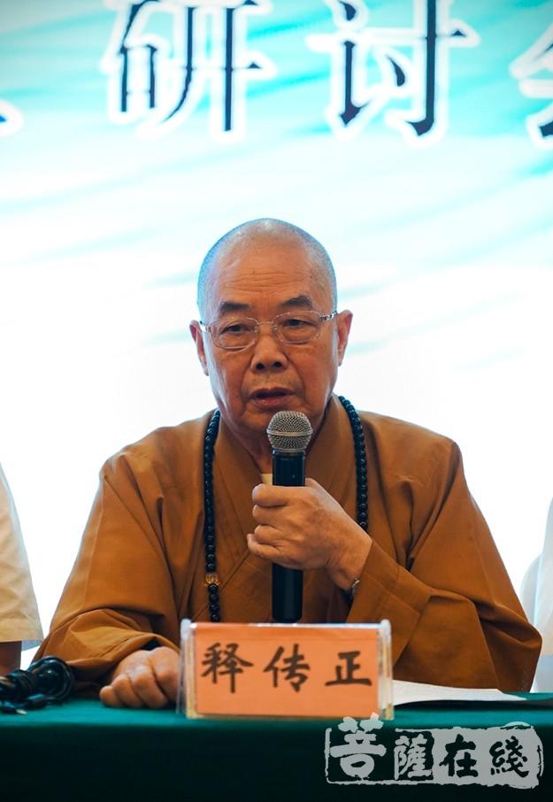 传正大和尚向与会嘉宾展示了南华寺的法宝——曹溪衣钵(图片来源:菩萨在线 摄影:唐林雪)