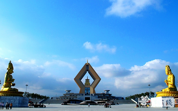 佛像、蓝天、白云、建筑、殿堂、法门寺-赵华.jpg